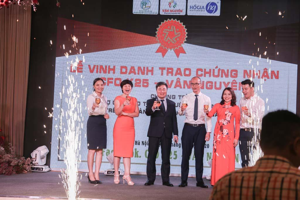 Ông Nguyễn Hữu Lương, Ths Đoàn Hữu Cảnh, Bà Đào Bích Sinh, Ông Hồ Tuấn Anh cùng ban cán sự và tập thể lớp CFO K25 nâng ly khai tiệc