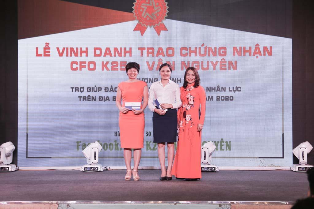 Bà Đào Bích Sinh tặng quà lưu niệm cho đại diện ban cán sự lớp CFO K25